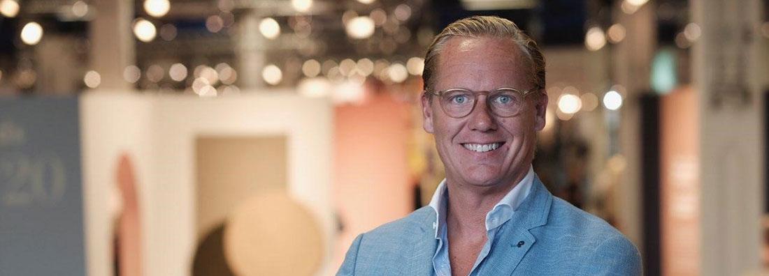 Magnus Pettersson, vd på Royal Design ler stort med belysning i bakgrunden