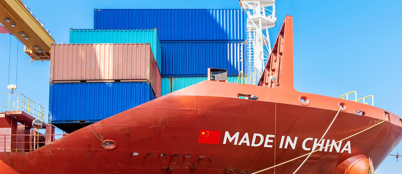 Svenska containrar som lastas på rött kinesiskt fartyg för export till USA