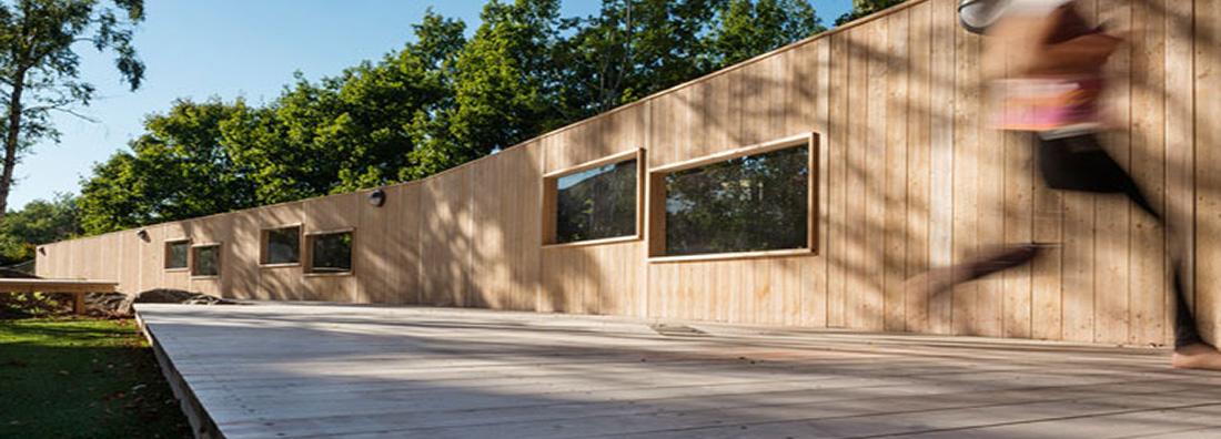 Golv och plank i functional wood tillverkat av OrganoClick utanför kontoret i Täby i Stockholm